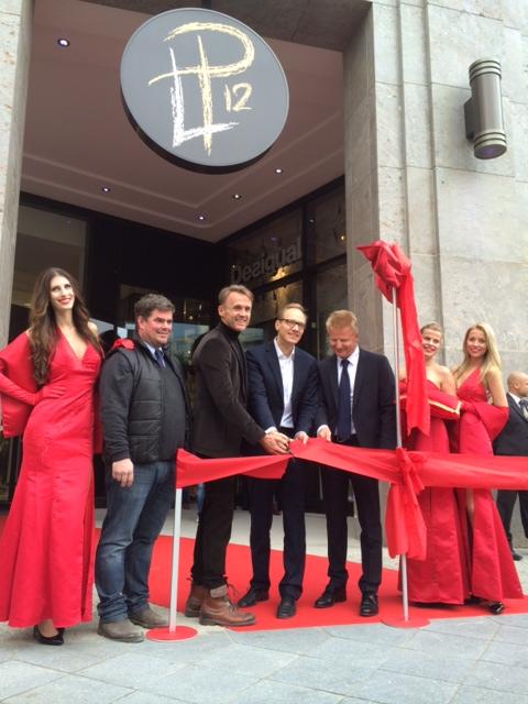Carsten Spallek und Investor Dr. Huth durchschneiden das Rote Band